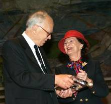 Lennart Carleson receives the Abel Prize for 2006 from Queen Sonja. (Photo: Knut Falch/Scanpix